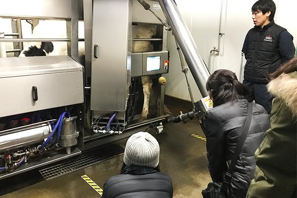 最新設備導入の酪農家を見学